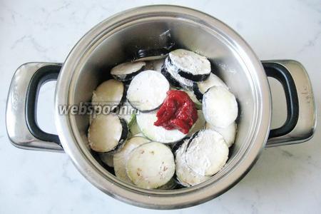 1 столовую ложку томатной пасты добавить в кастрюлю к остальным ингредиентам. Пасту можно заменить помидорами.