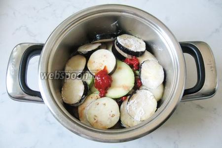 Овощи залить небольшим количеством воды. В процессе приготовления они пустят много сока.