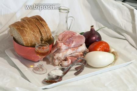 Нам понадобится такой кусочек мякоти, из которого мы сможем вырезать большие продолговатые кусочки (это была задняя часть свиной туши). Кроме того, для горячего открытого бутерброда, нам нужны: белый баклажан, помидор большой, крупный фиолетовый лук, лук порей и белый батон. А также растительное масло, соль, коньяк и сухая аджика.
