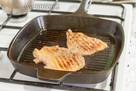 Прижимаем мясо лопаткой, во время обжаривания, и переворачиваем на вторую сторону. Весь процесс может занять буквально 2 минуты, если мясо было тонко отбито. Важно не пересушить его.