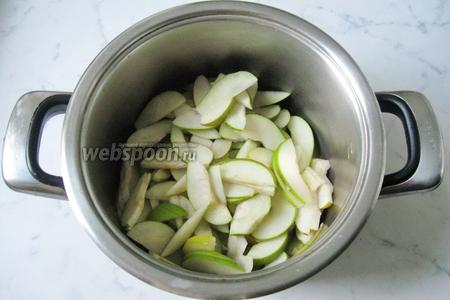 Выложить груши в кастрюлю с толстым дном.