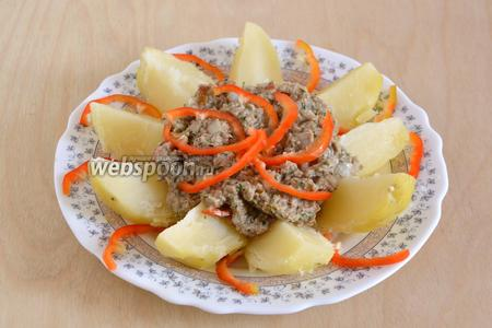 Нарежьте картофель ломтиками, разложите порционно, добавьте соус, украсьте полосками перца и зеленью по желанию. Приятного аппетита!