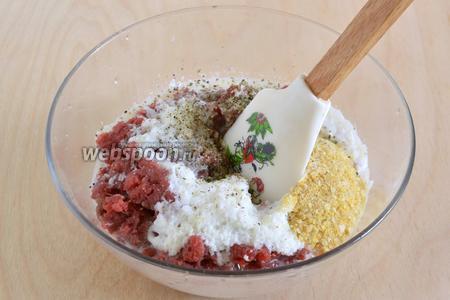 Смешайте в миске фарш, измельчённые хлопья, молоко, измельчённый лук, соль, перец и сухую зелень.