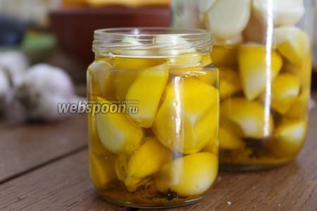 Заливаем чеснок маслом, закрываем плотно крышкой. Вот и всё, чеснок в масле готов, храним в прохладном месте или холодильнике.