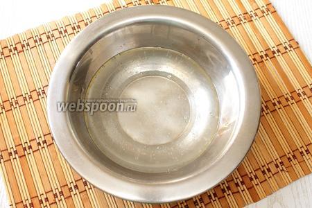 Доводим до кипения воду с солью и растительным маслом.