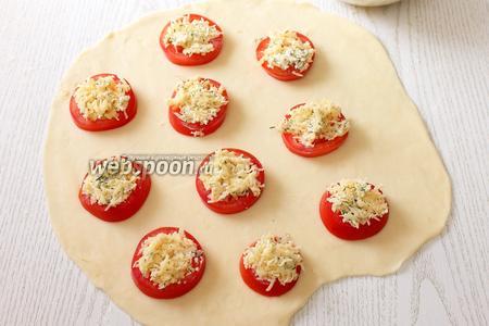 Раскладываем поверх помидоров сырную начинку.