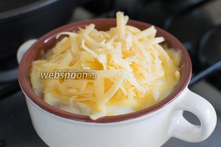 Затем, поверх сметаны, тёртый сыр.