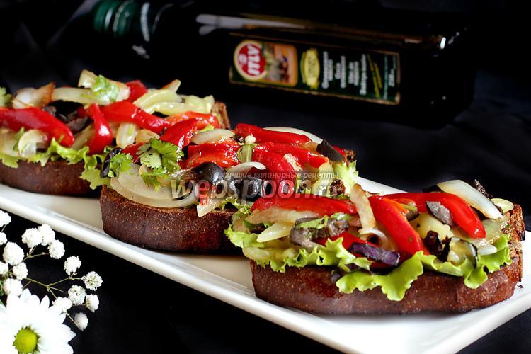 Фото Брускета с запечённым перцем, луком, оливками и зеленью