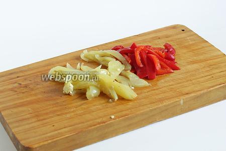 Испечённый перец очистить от кожицы и зёрнышек,  нарезать дольками-полосками.