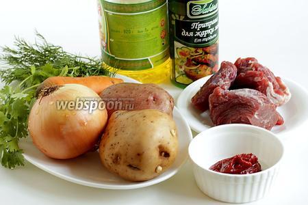 Для запекания картошки с мясом в рукаве возьмём крупную луковицу, несколько клубней картофеля, морковку, томатную пасту (1 ч. л.) или томатный соус (2 ложки), соль, специи по желанию, у меня они для жарки мяса, мякоть говядины, растительное масло, можно и сливочное, любую зелень.