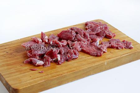 Мясо нарезать маленькими, тонкими кусочками и слегка их отбить, посолить и поперчить. Добавить мясо к овощам и снова всё смешать.