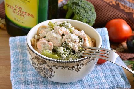 Голец в сливочном соусе с брокколи