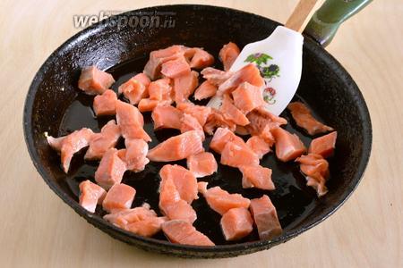Если у вас филе на коже, удалите её, а мясо нарежьте небольшими кусочками. На разогретом оливковом масле, обжарьте кусочки рыбы в течение 3 минут на среднем огне.