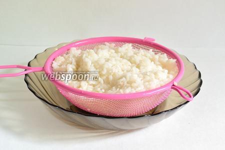 Теперь нужно приготовить рассыпчатый рис. Хорошо промываем круглозернистый рис и отвариваем в большом количестве кипящей подсоленной воды. Лучше, чуток не доварить (альденте так сказать))). Готовый рис откинуть на сито, дать полностью стечь воде. При надобности можно промыть рис горячей водой.