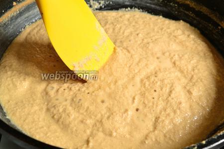 Займёмся приготовлением корта. Для этого наливаем ряженку (катык) в посуду с толстым дном. У меня это сковорода. Ставим на сильный огонь и варим без крышки. Ряженка расслоится на густую и жидкую составляющие. Когда почти вся жидкость выкипит и масса станет похожей по консистенции на густую манную кашу, огонь уменьшаем до минимума. Непрерывно мешая эту массу, продолжаем варить до образования корта.  Корт  получится крупными кусками.