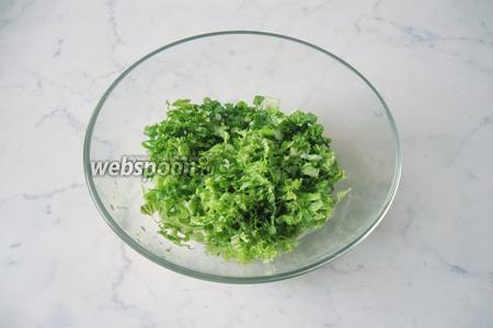 Салатный лист помыть и нарезать. Выложить к луку  и огурцу.