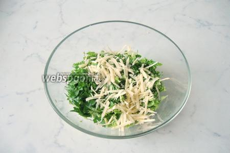 Твёрдый сыр натереть на тёрке. Добавить в салатник.
