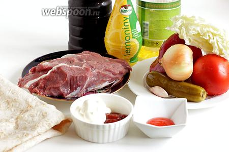 Для быстрой шаурмы возьмём свежую говядину или лучше телятину, луковицу, помидор, сладкий перец, пекинскую капусту, маринованный огурец, острый и сладкий соус чили, мойонез, кетчуп, масло растительное, соевый соус, лимонный сок, лаваш тонкий, длинный, специи по желанию, зелень.
