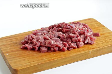 Мясо нарезать самыми мелкими кусочками, чем мельче, тем лучше.