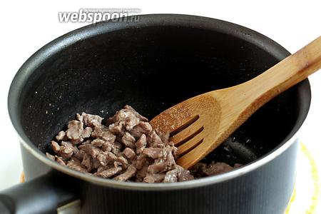Мясо обжарить в небольшом количестве растительного масла, не солить. Можно использовать любимые специи, я слегка припорошила любимым хмели-сунели. Жидкость должна вся выкипеть.