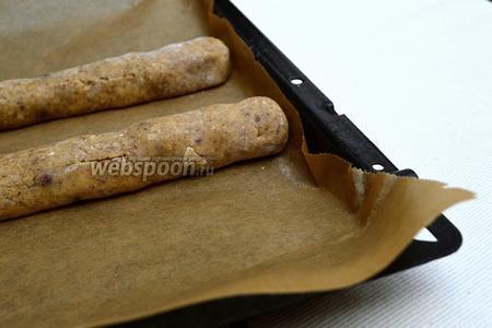 Из охлаждённого теста формируем 2 «колбаски» и выкладываем их на застеленный пергаментом противень. Отправляем в нагретую духовку на 10 минут.