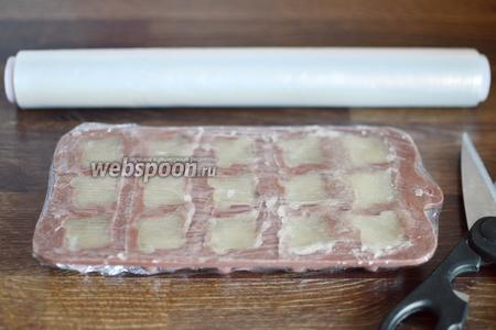 Приступаем к формовке лукума, для этого используем силиконовую форму для приготовления конфет. Лукум в тёплом виде раскладываем по ячейкам и хорошо утрамбовываем ложкой. Излишки лукума убираем ножом, заворачиваем форму в плёнку и убираем застывать в холод на 2-3 часа.