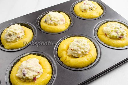Творожную начинку с малиной выложить горкой в углубления заготовки. Поставить в горячую духовку. Выпекать 25 минут при температуре 170°C.