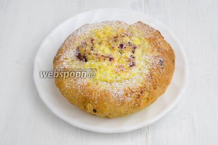 Готовые ватрушки посыпать сахарной пудрой. Подать к чаю с малиновым соусом или джемом (тесто получается умеренно сладким).