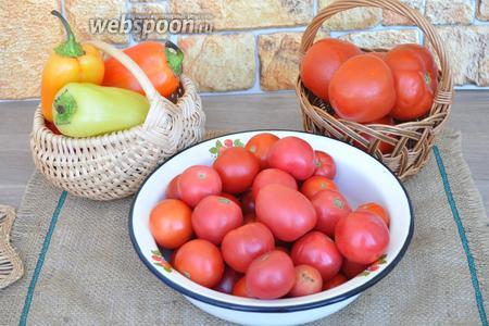 Приготовим овощи: крупные томаты для сока, мелкие для консервации, перец сладкий, сельдерей, специи, соль и сахар, уксус.