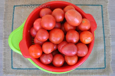 Мелкие помидоры моем и прокалываем вилкой или ножом.