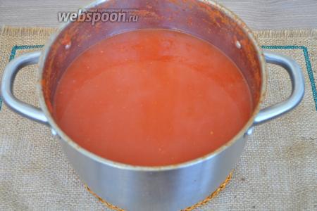 Разобьём томаты погружным блендером прямо в кастрюле.
