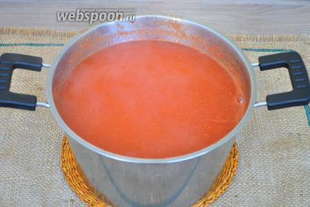 Протрём пюре через сито и получим чистый и нежный сок. Добавим соль, сахар и уксус, и будем варить 20 минут.