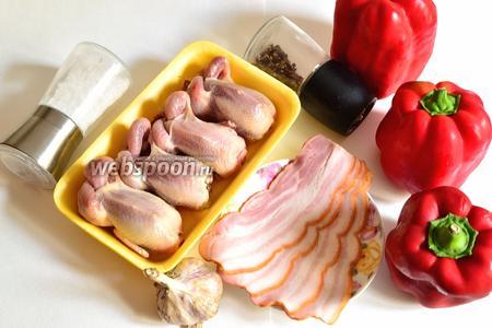 Для приготовления перепелов, подготовим продукты: 3 потрошеные тушки перепелов, 3 крупных болгарских перца, чеснок, грудинка варено-копчёная, масло сливочное, соль, перец и паприка (по вкусу). Вместо грудинки можно запросто использовать подкопченное сало или шпик.