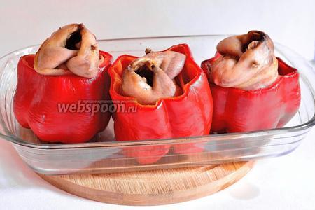 Перепела, запечённые в перцах, готовы. Мясо перепёлок по этому рецепту получается довольно сочным, ну а перец вообще вызвал у меня восторг, пропитавшись мясными запахами и соками.)