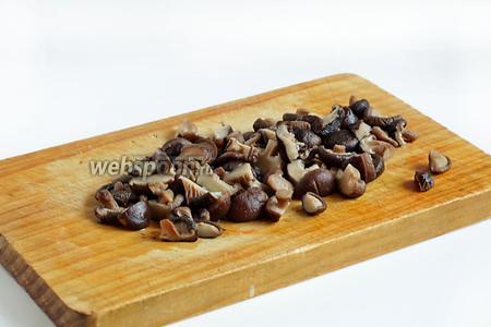 С грибов слить воду, в которой они варились и сохранить. Грибы нарезать произвольно.