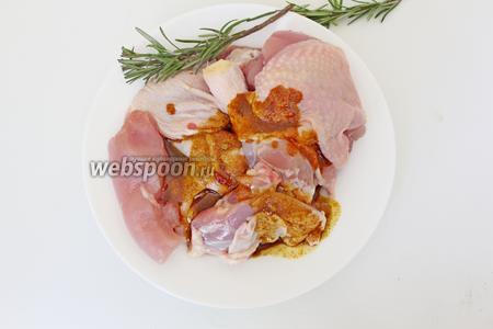 Замариновать кусочки курицы этим маринадом, накрыть плёнкой и убрать в холодильник, примерно на 1 час.