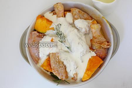 На тыкву с курицей положить веточку розмарина и полить сливками. Выпекать при 200°С, минут 30-35.