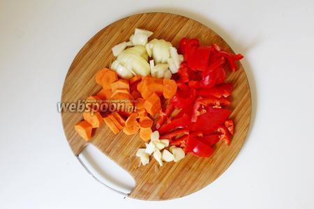 Лук, морковь, сладкий перец и чеснок очистить, и нарезать на небольшие кусочки.