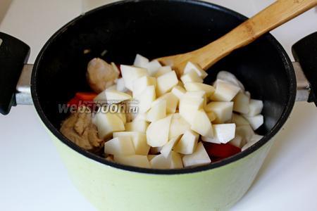 Добавить очищенный и нарезанный картофель.