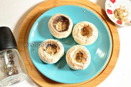Шляпки грибов внутри сдобрить щепоткой специй и поставить в разогретую до 220°С духовку запекаться на 25 минут. Не солим, так как солёности сыра будет достаточно.