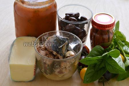 Включите духовку на 200-220°С и подготовьте необходимые ингредиенты для начинки и подачи: сардины (у меня в оливковом масле, можно и просто в масле), анчоусы в оливковом масле, оливковое масло (я использовала оливковое масло от анчоусов и сардин), томаты черри, Моцареллу, консервированную томатную мякоть и зелёный базилик.