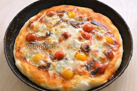 Выпекайте в сильно разогретой духовке до тех пор, пока на сыре не образуется золотистая корочка. При подаче украсьте пиццу листиками базилика и оливками. Приятного аппетита!
