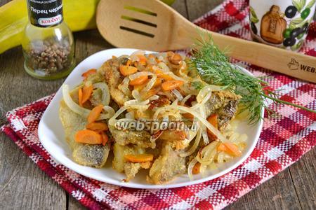 Минтай жареный с луком и морковью