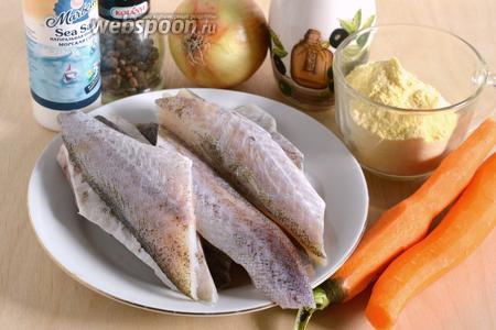 Подготовьте необходимые ингредиенты для блюда: филе минтая (охлаждённое или полностью размороженное), кукурузную муку, лук, морковь, соль, перец и растительное масло для жарки.
