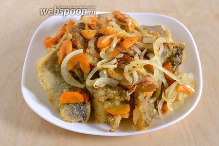 Готовое филе минтая подавайте к столу в горячем виде, вместе с обжаренными овощами. В качестве гарнира к данному блюду отлично подойдёт картофельное пюре.