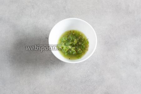 Зелёный виноград давим пестиком до превращения в кашу.