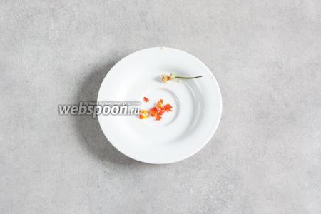 Перец чили чистим от зёрнышек и белых плёнок, мелко рубим.