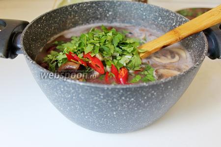 Снять с плиты, добавить нарезанные зелень, чеснок и чили, настоять немного и подавать! Приятного аппетита!!!