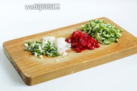 Мелко нарезать свежий огурец, сладкий перец, зелёный и репчатый лук.