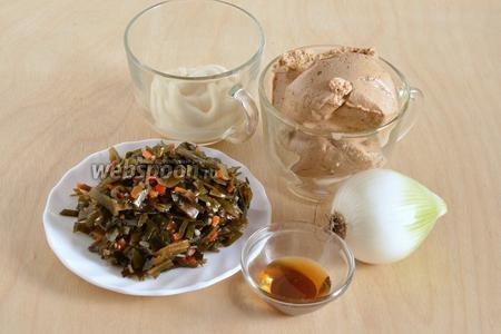Подготовьте необходимые ингредиенты: морскую капусту, тофу, белый салатный лук, майонез и тёмное кунжутное масло. Для данного салата можно использовать любой вид плотного  несладкого тофу и любую консервированную морскую капусту, например, как у меня — с морковью и сладким перцем.